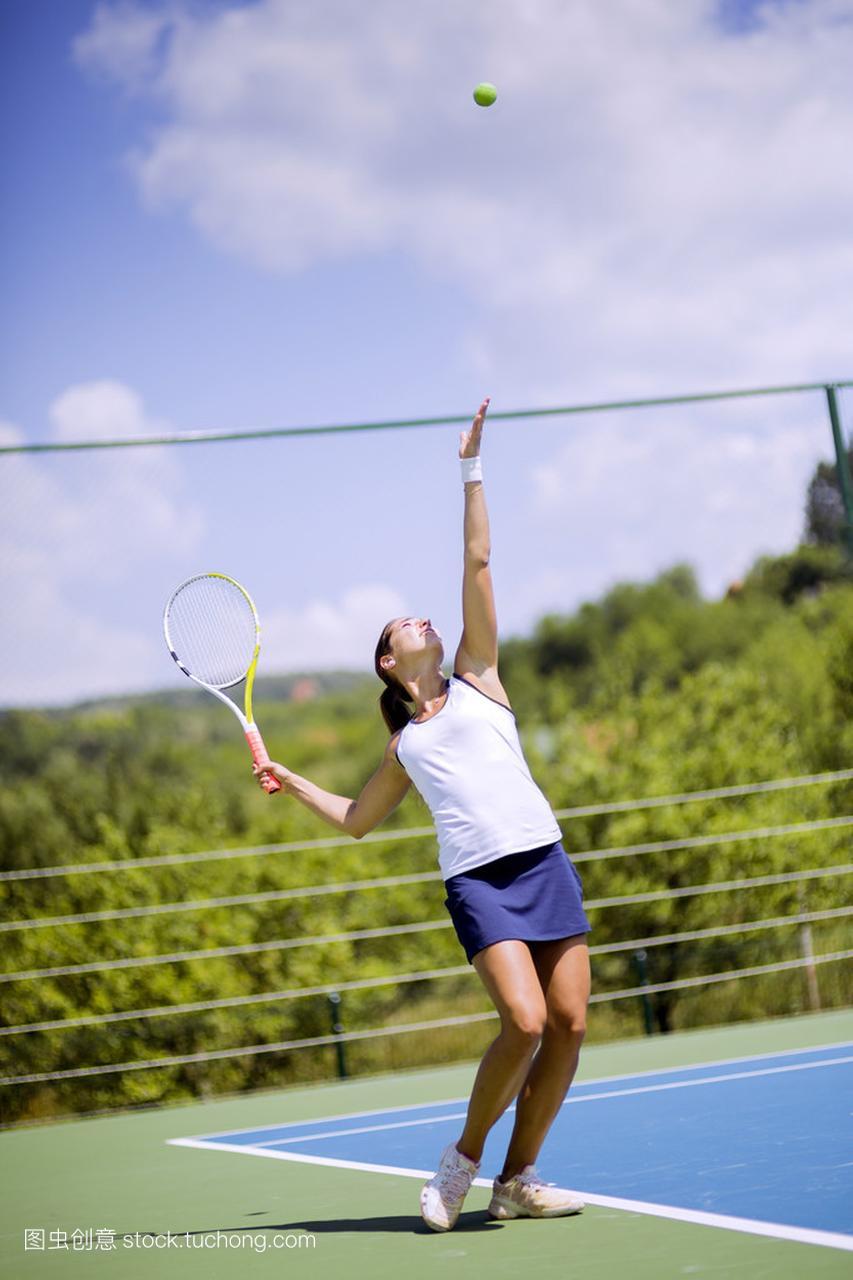 女网球运动员服务