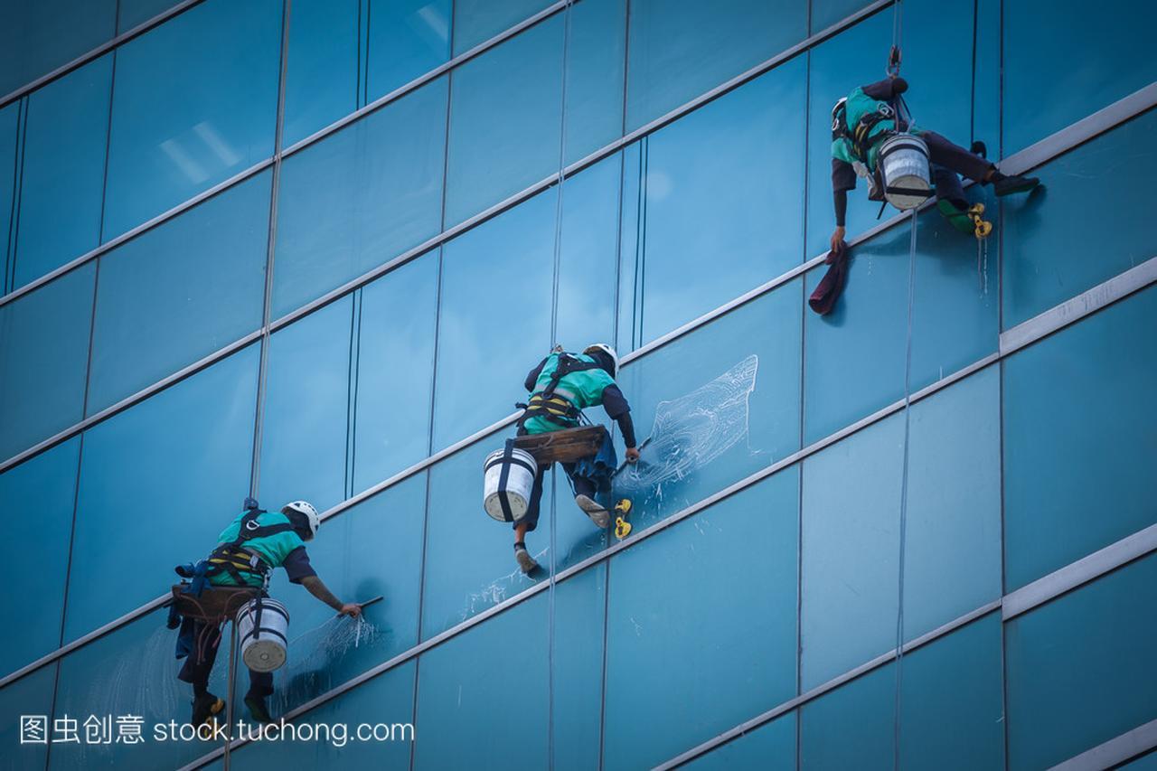 组工人清洗高层建筑上的 windows 服务