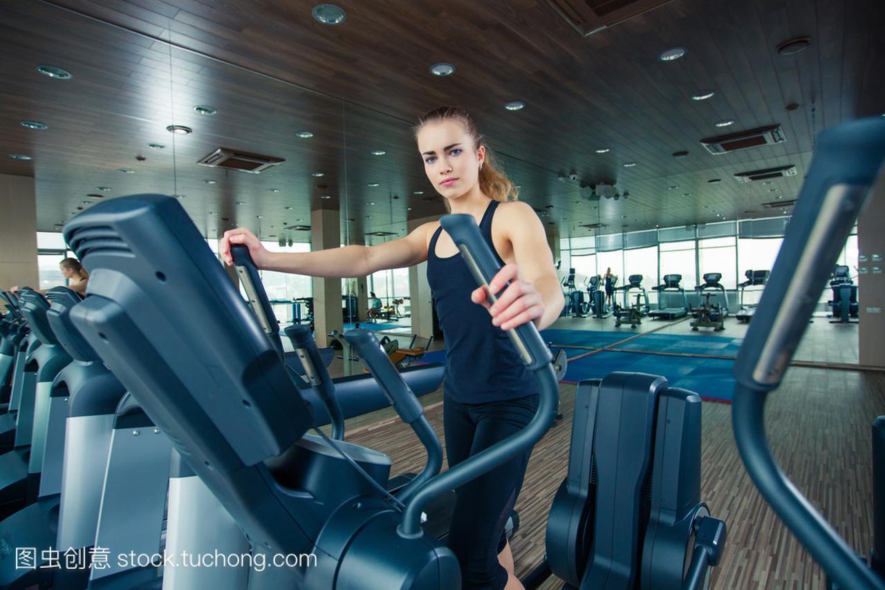 上特别运动器材在健身房训练的漂亮女孩的肖像
