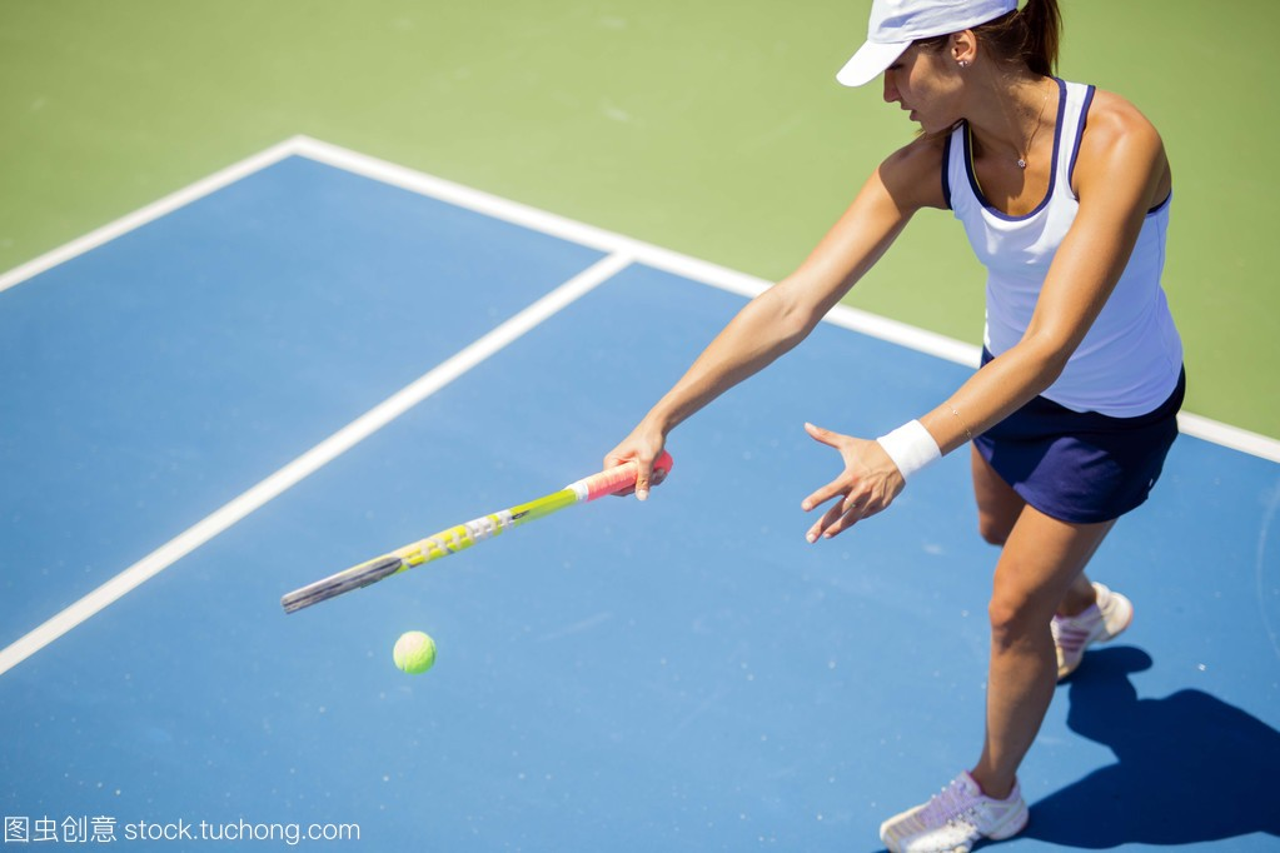 美丽的女网球运动员在行动