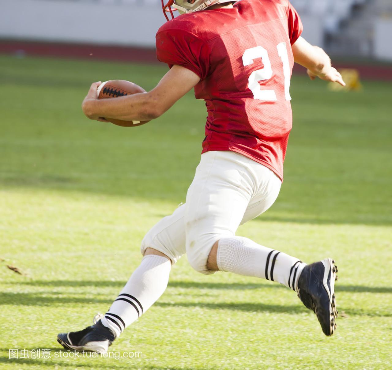 美式足球球员带球跑