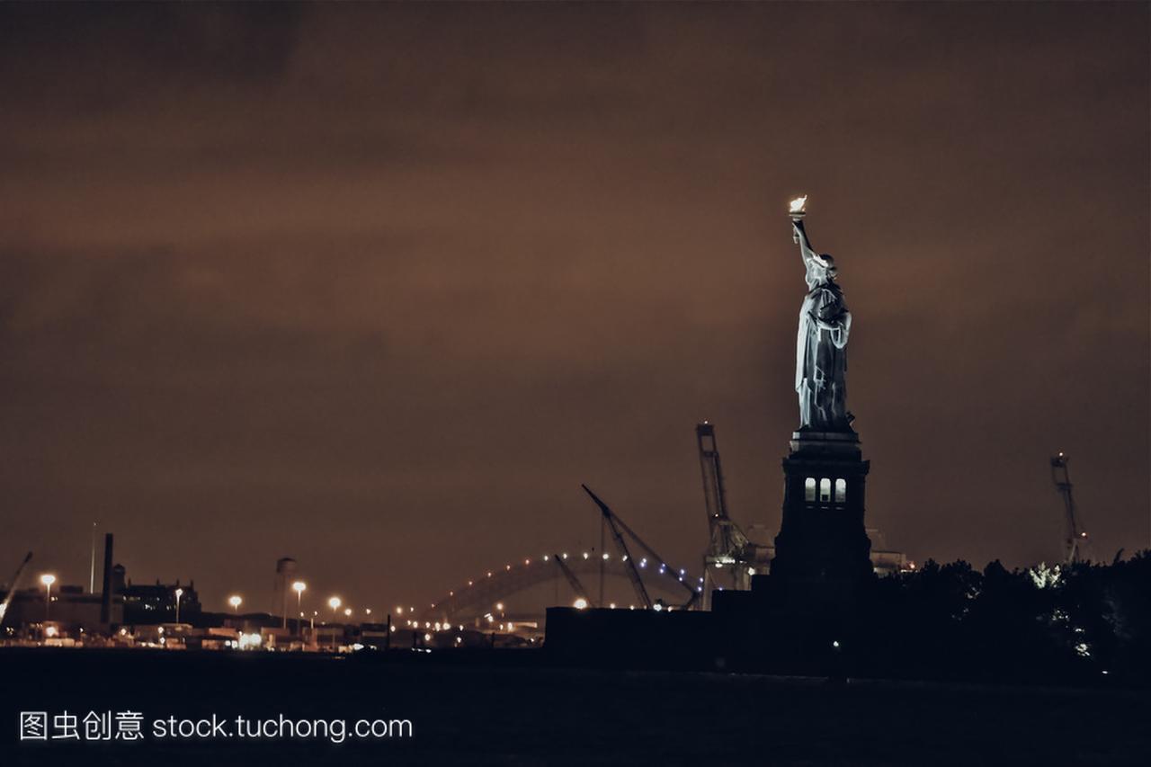 晚上从曼哈顿在纽约市,纽约州,美国的自由女神