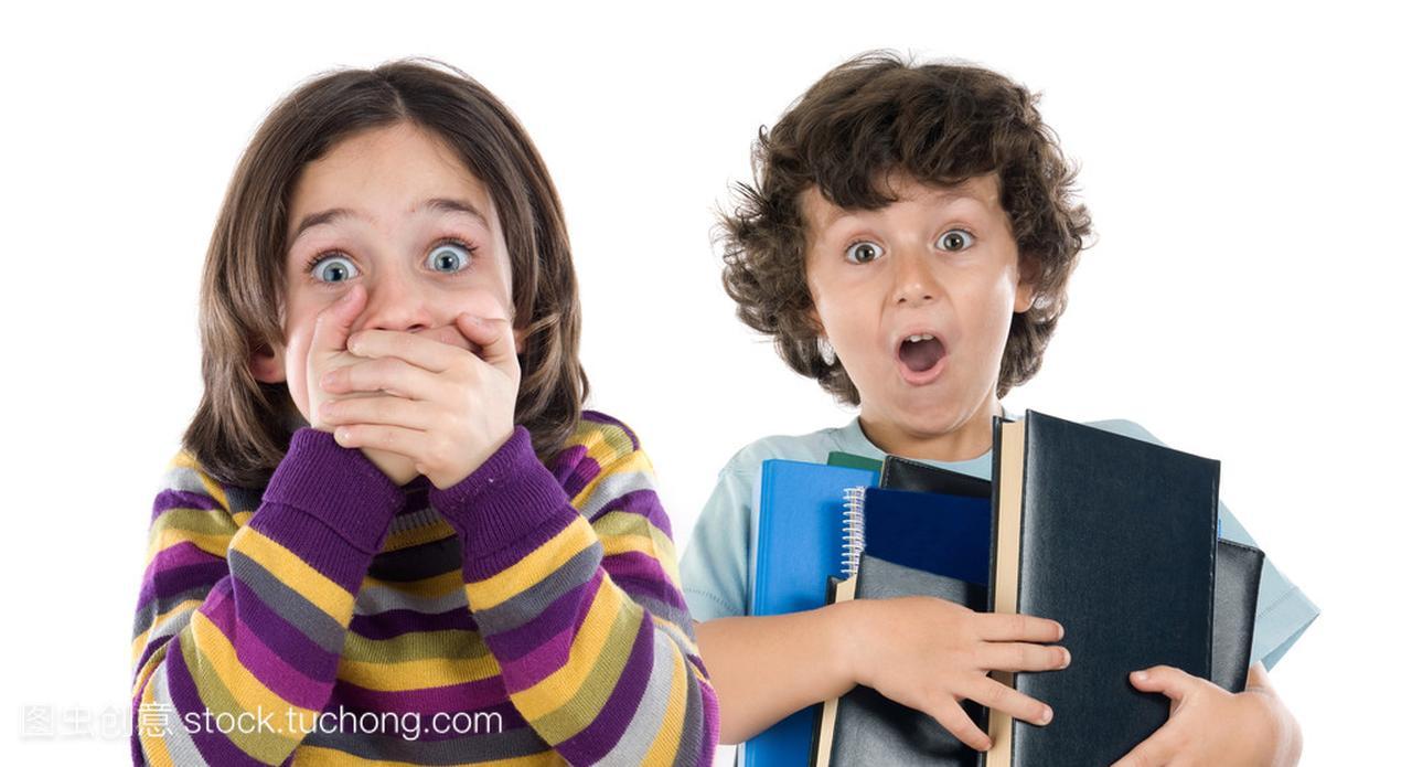 惊讶的女孩和一个男孩与下降的很多书