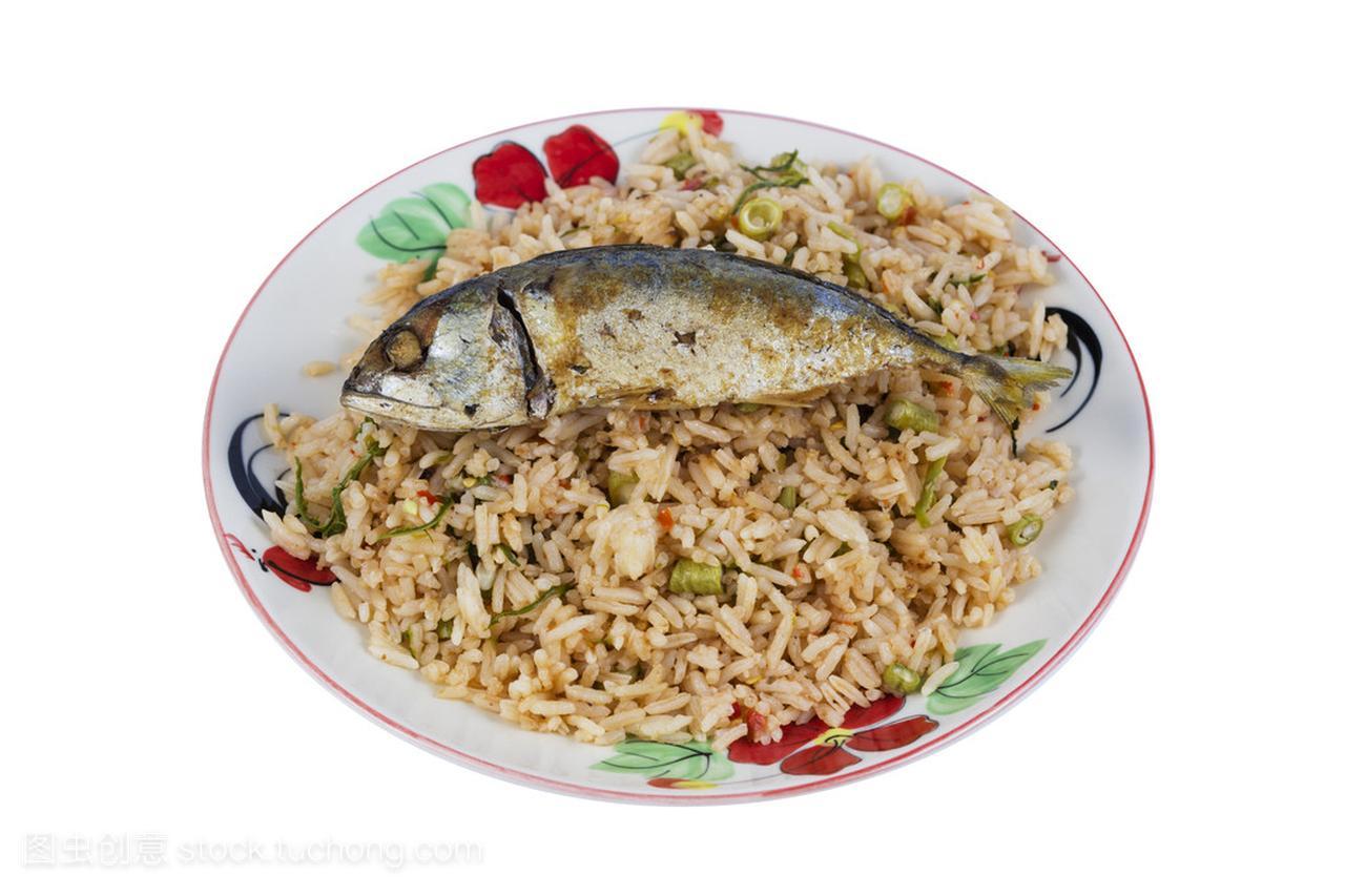 油炸的鲭鱼鱼和泰国食品的辣汁炒饭/