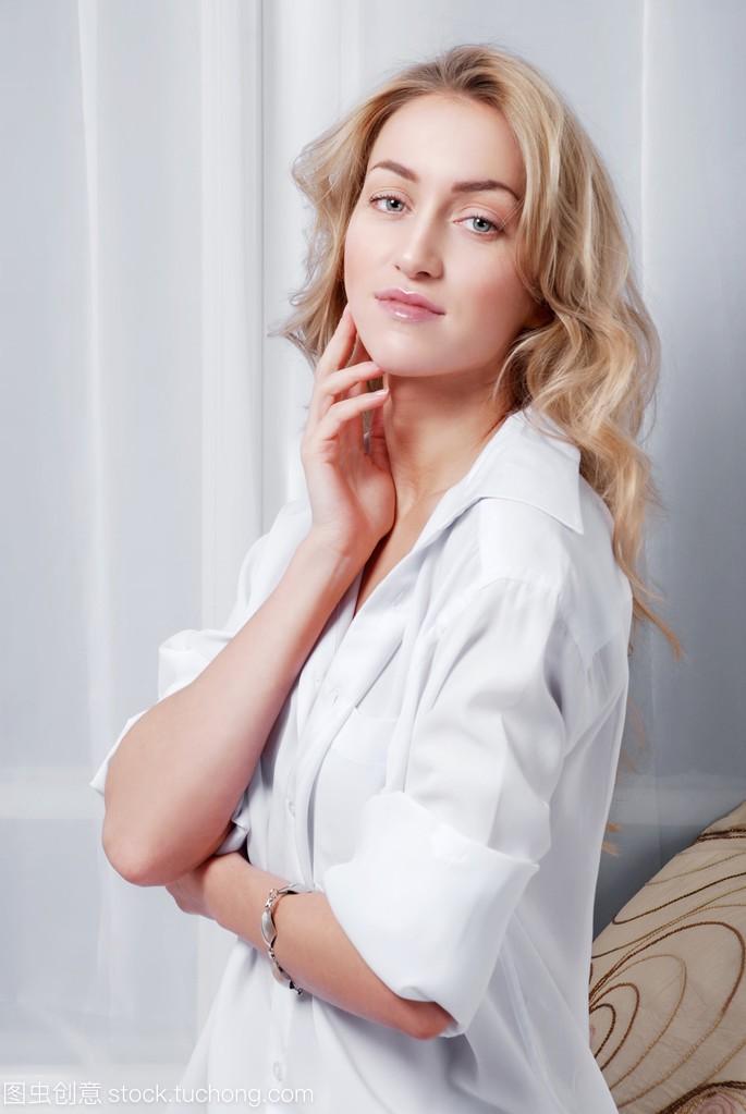 穿白衬衫的性感金发女郎