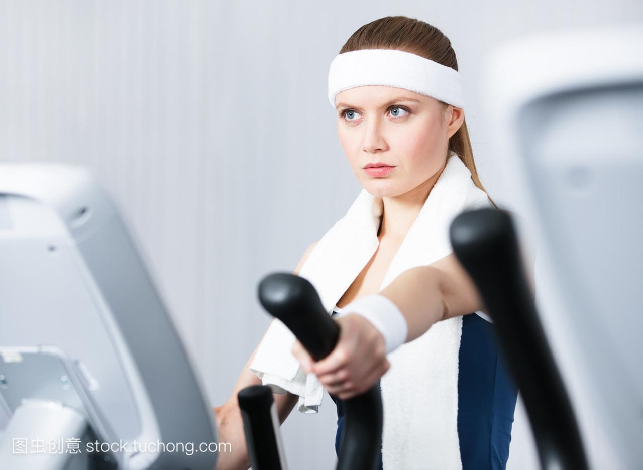 培训培训仪器在健身房中的女人
