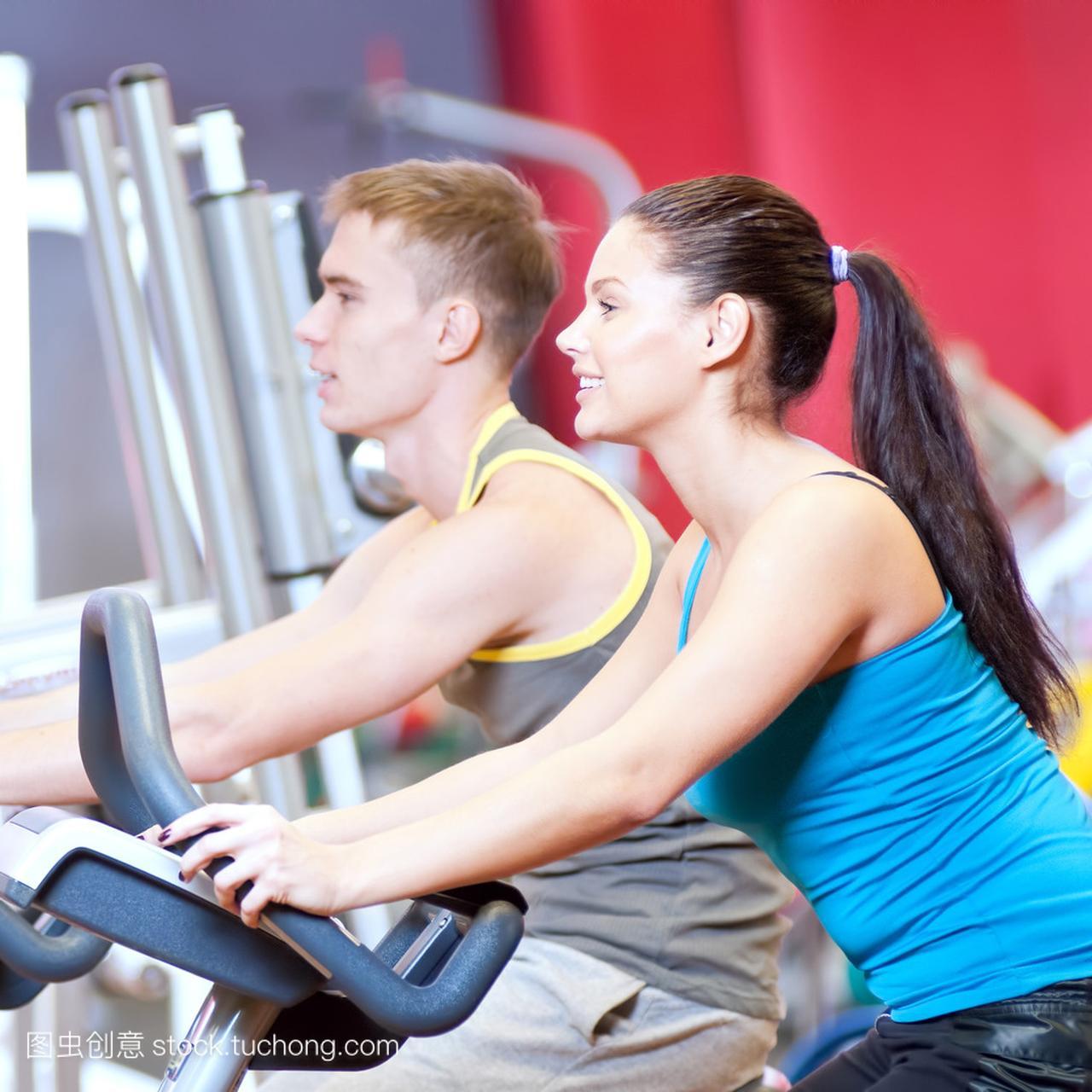 在健身房里做做心肺循环训练