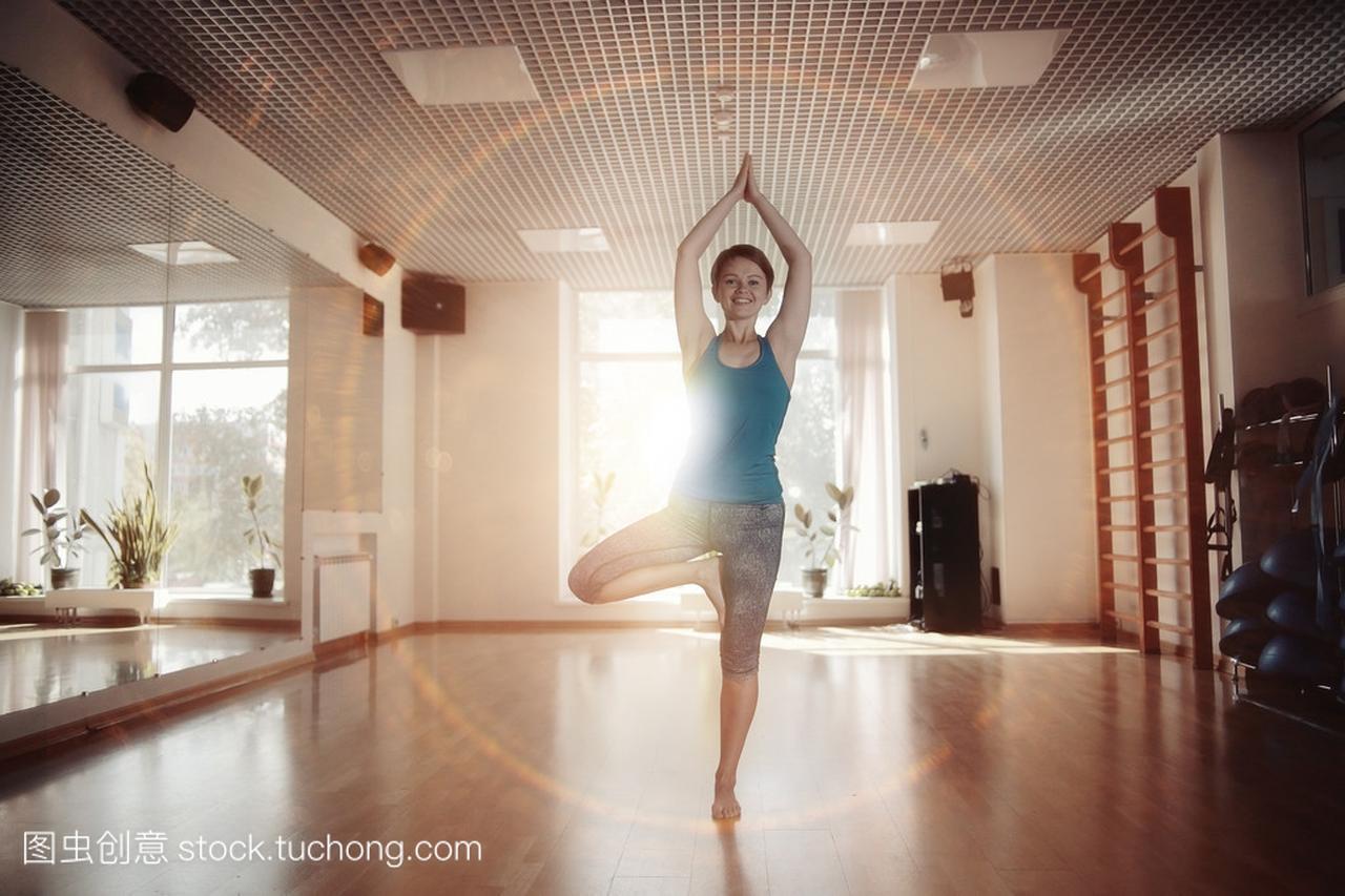 女孩健身房锻炼瑜伽