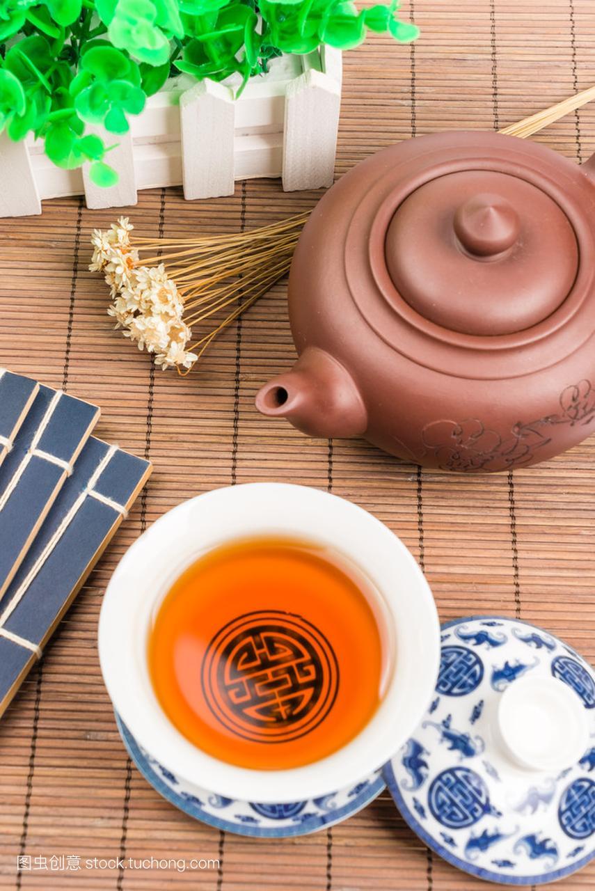 瓷茶壶和茶杯在白色背景上