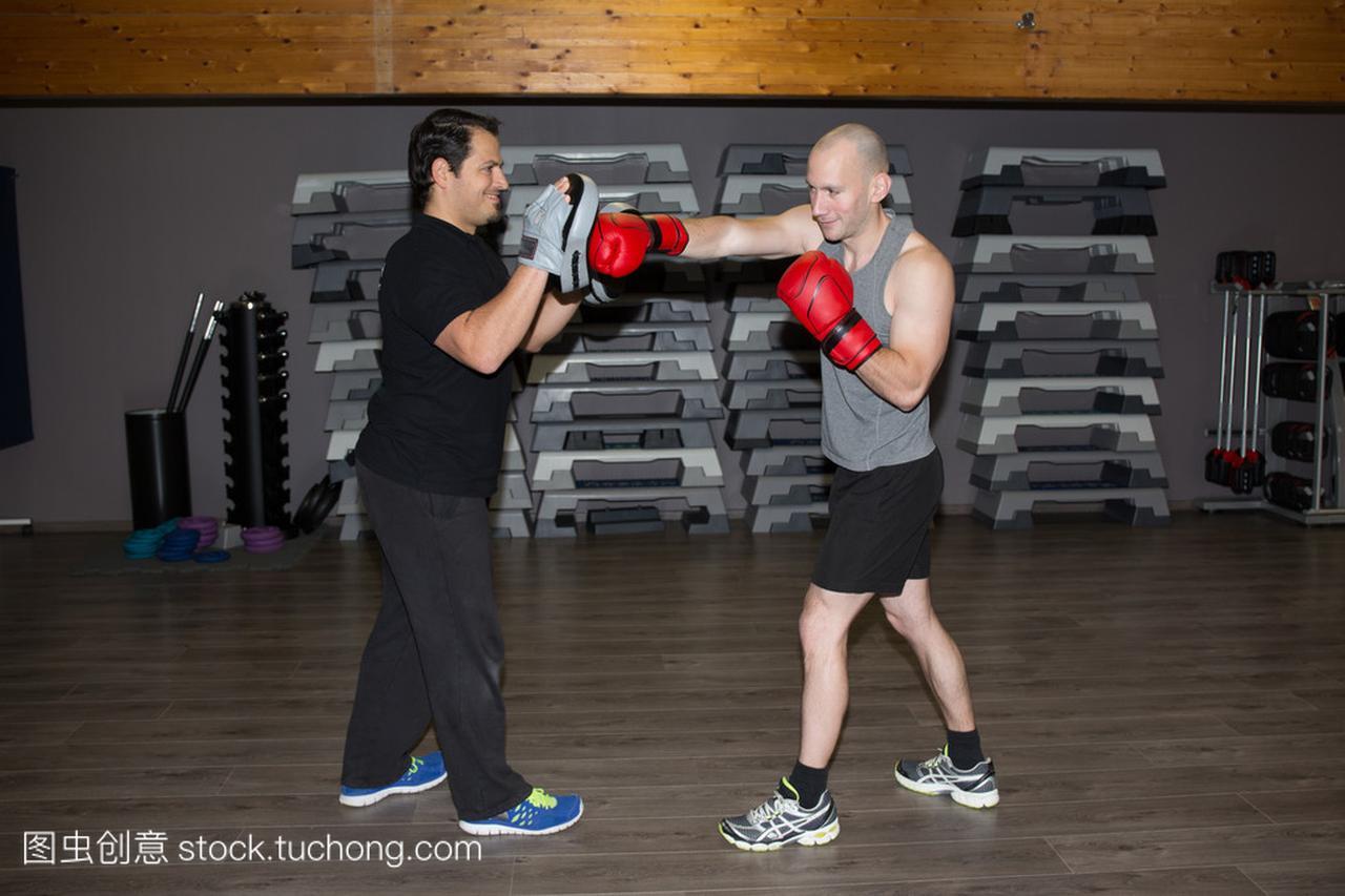 在健身房训练拳人拳击课
