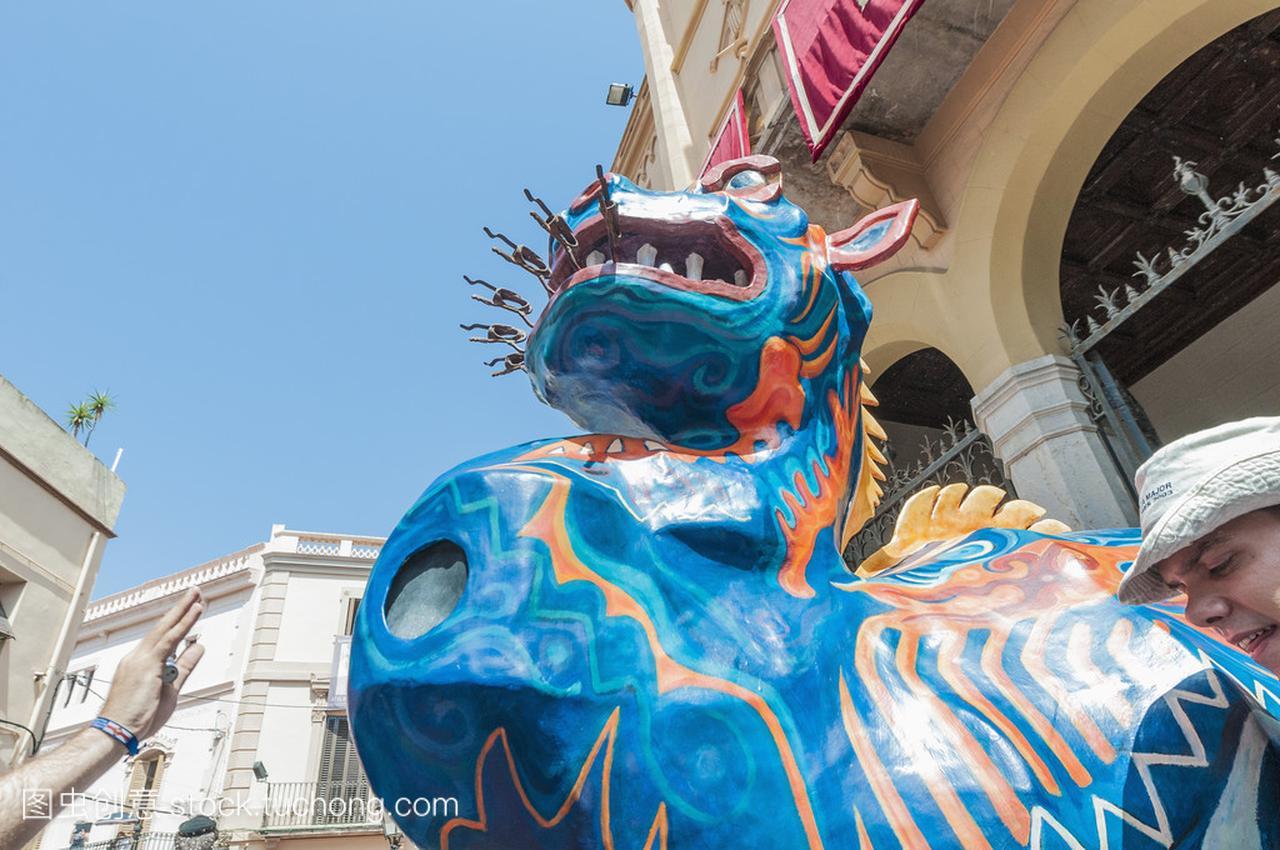 節主要在錫切斯,西班牙在 drac 棒圖