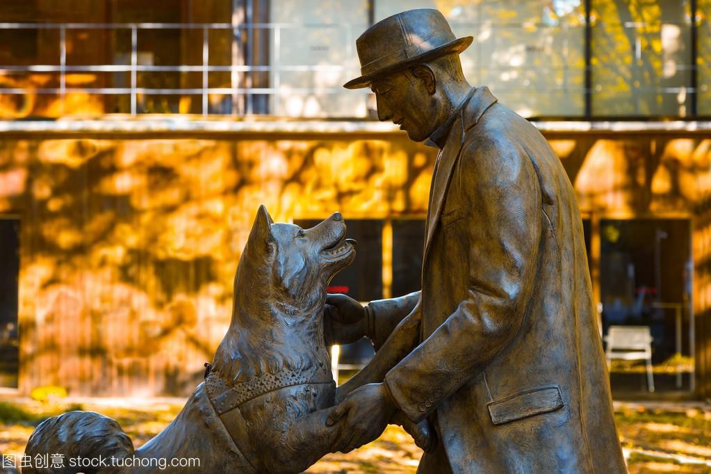 八公与东京大学博士 Hidesaburo 上野雕像