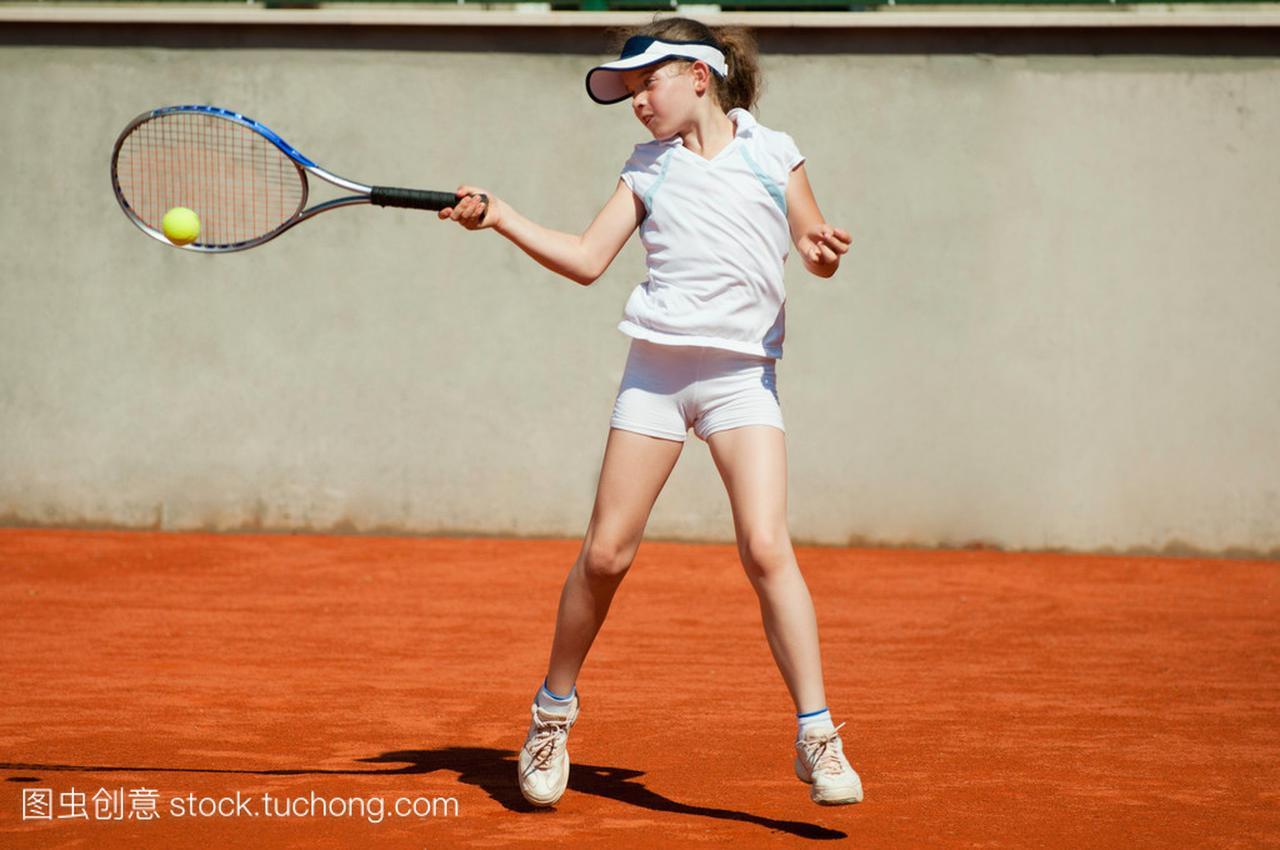 初中女网球运动员