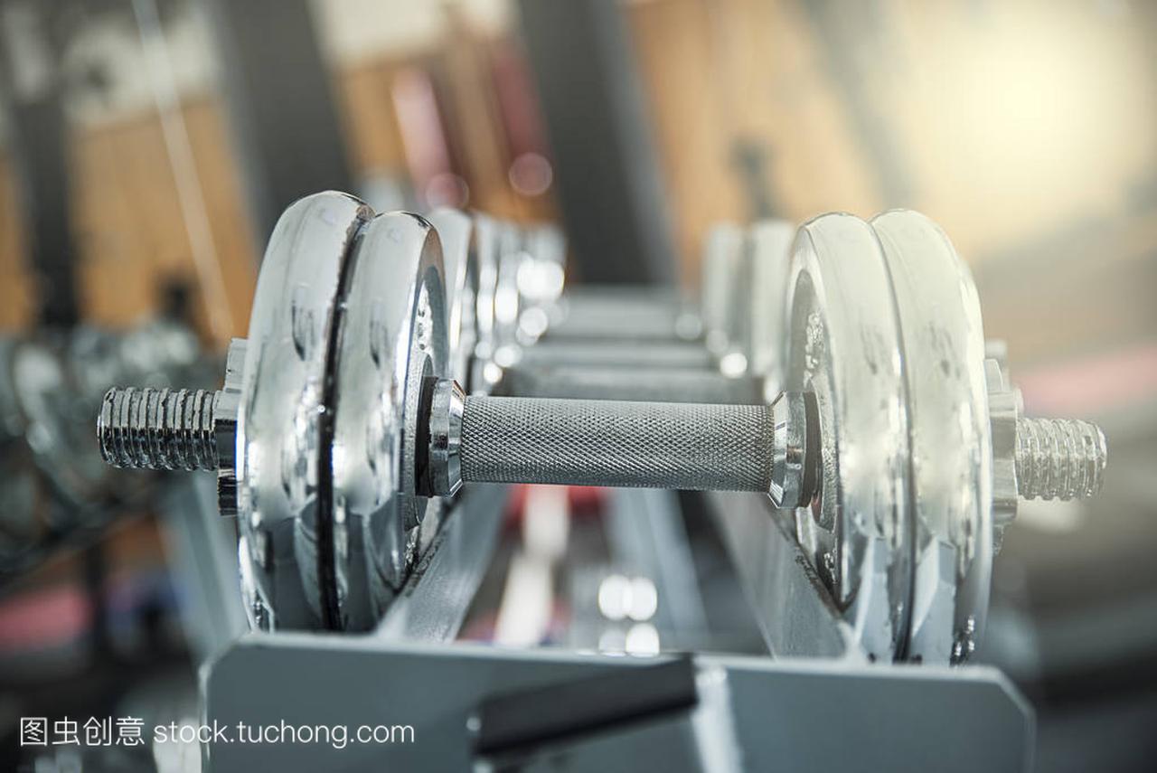 在健身房里的铁哑铃