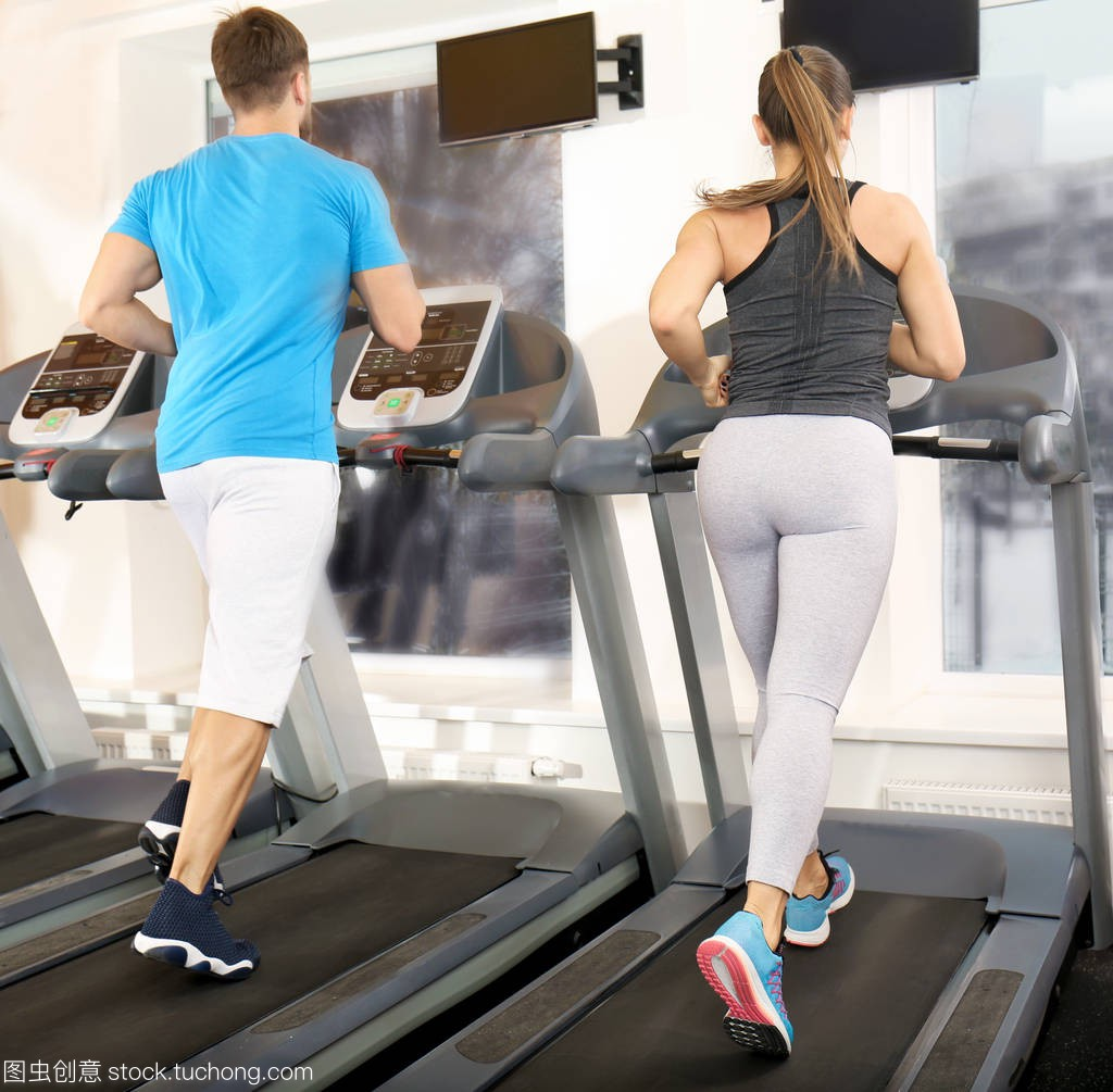 在健身房跑步的年轻人