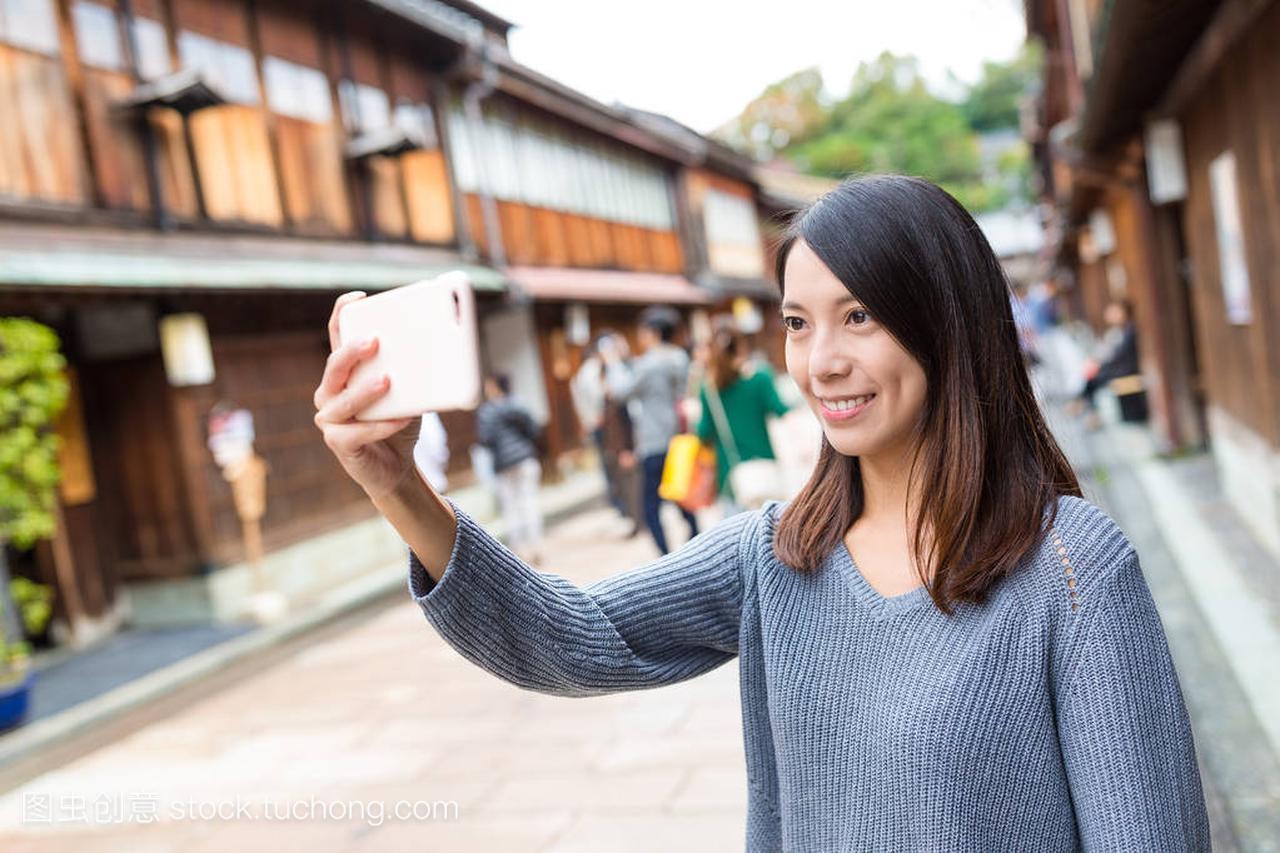 女人在金泽市采取自拍照