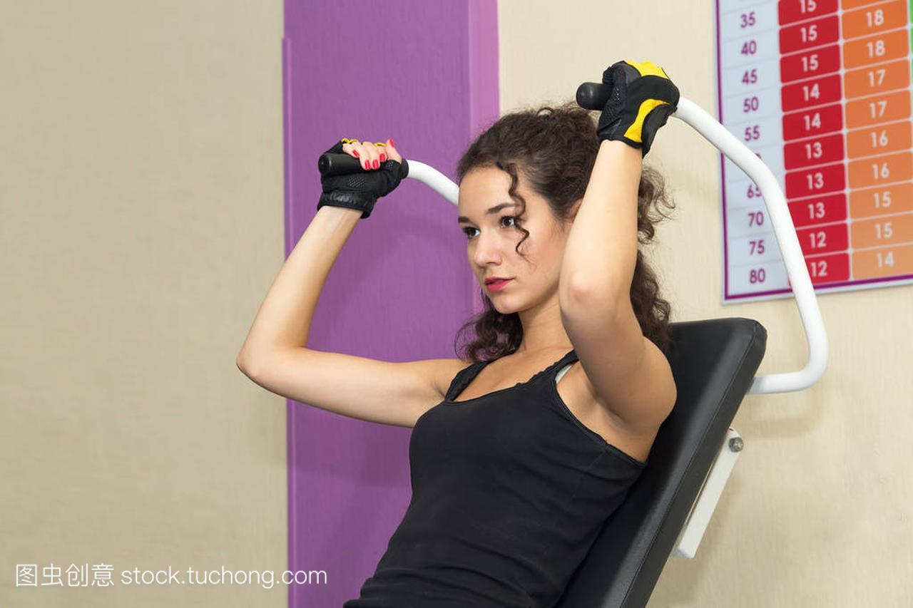 培训在健身房模拟器上的女孩