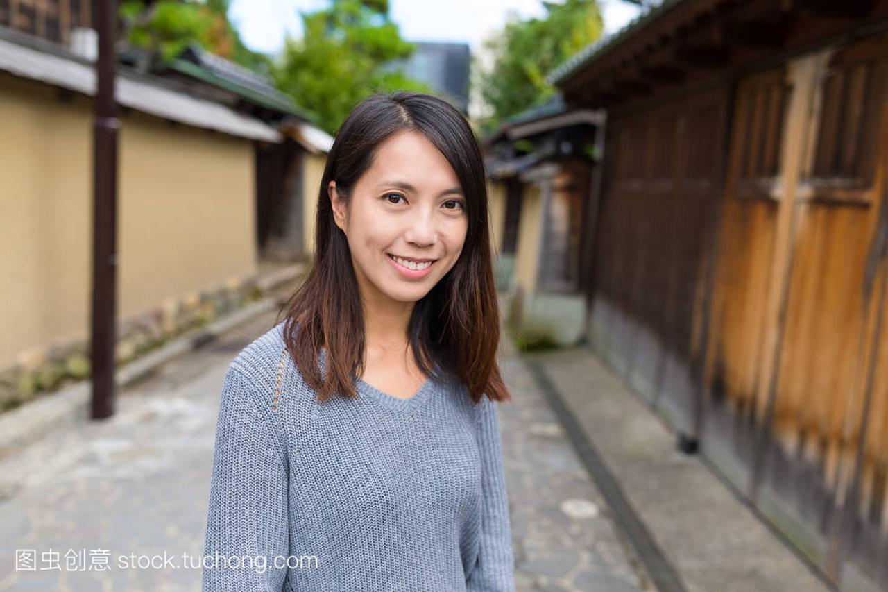 年轻女子在金泽市访问
