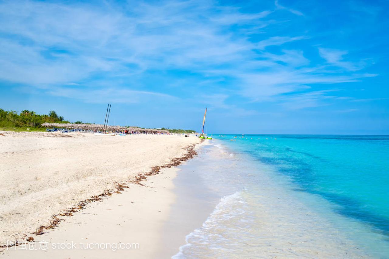 美丽的巴拉德罗海滩在古巴在阳光灿烂的夏天一