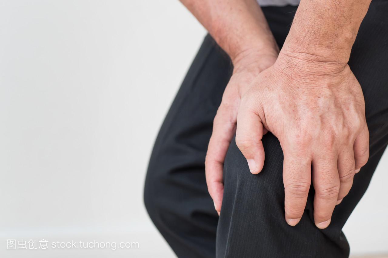 男子手抱着膝盖关节痛、 骨质疏松、 痛风、 膝