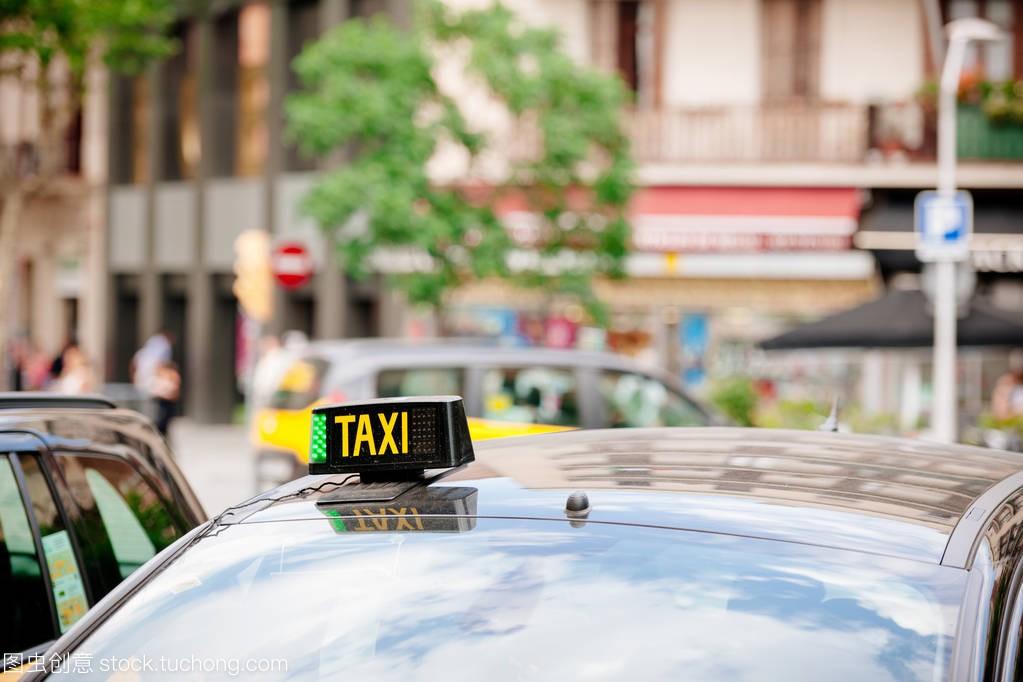 巴塞罗那出租车宇宙站在车上