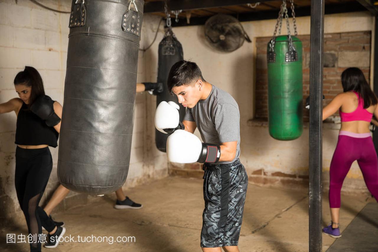 在拳击课在健身房的人