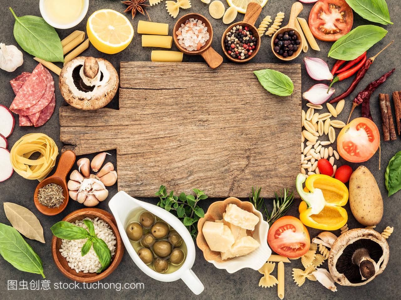 意大利食品烹饪原料上暗石背景与 c