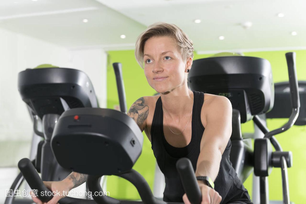 在健身房的固定式自行车适合年轻女人