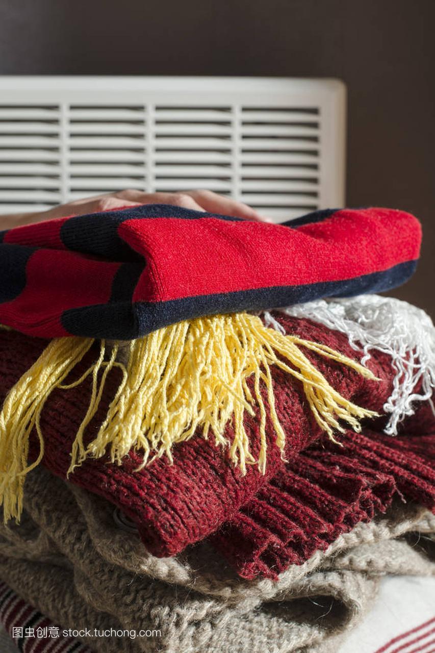 叠放的冬季衣服
