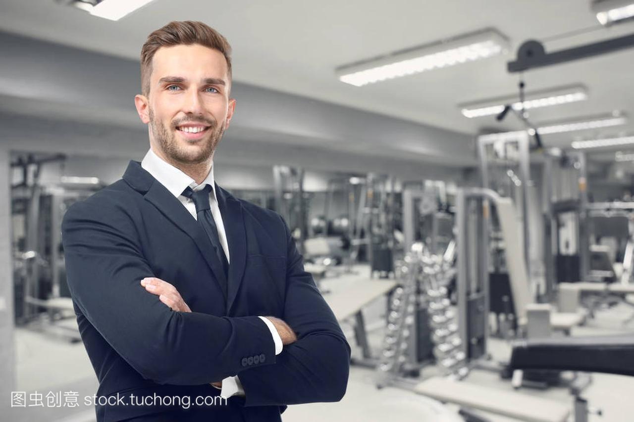 在他的健身房的业务负责人