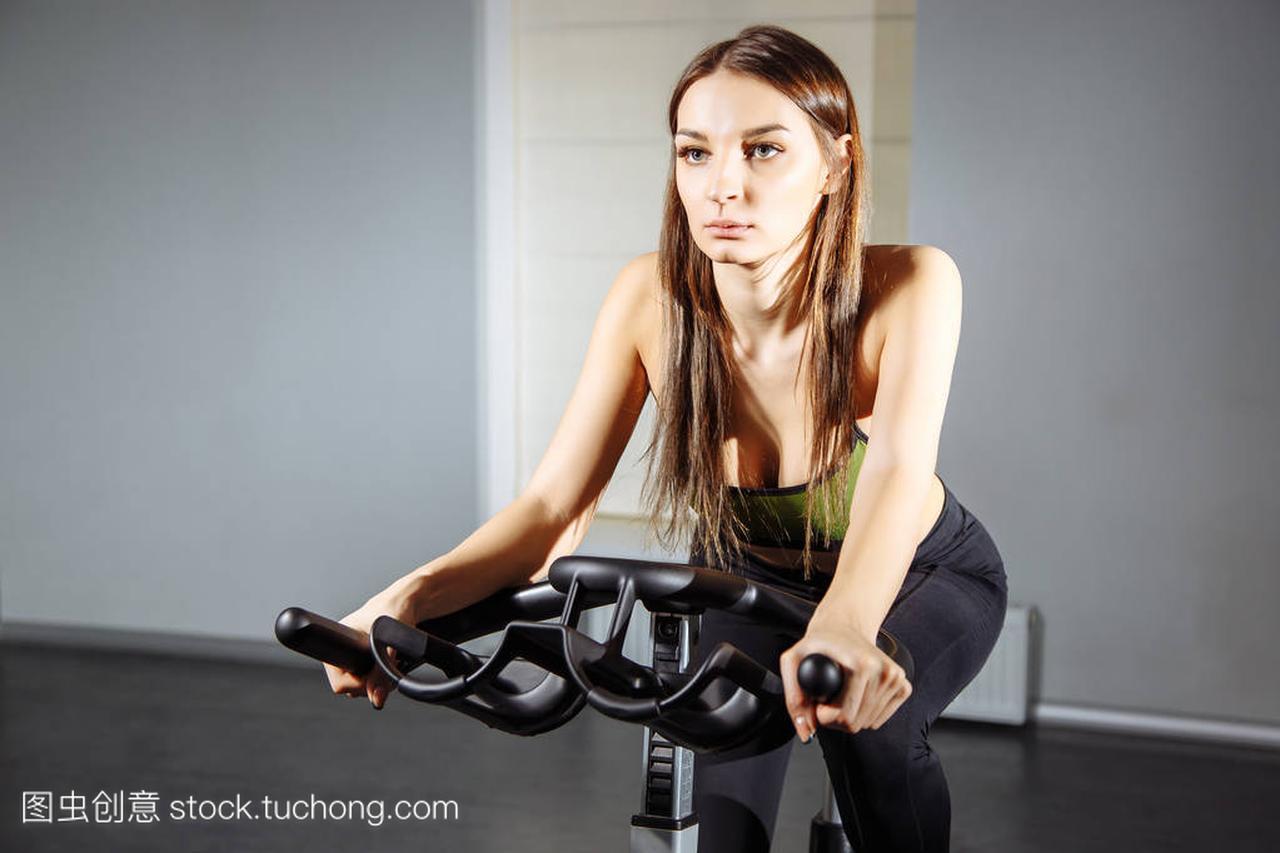 适合在健身房里锻炼自行车上锻炼的女人