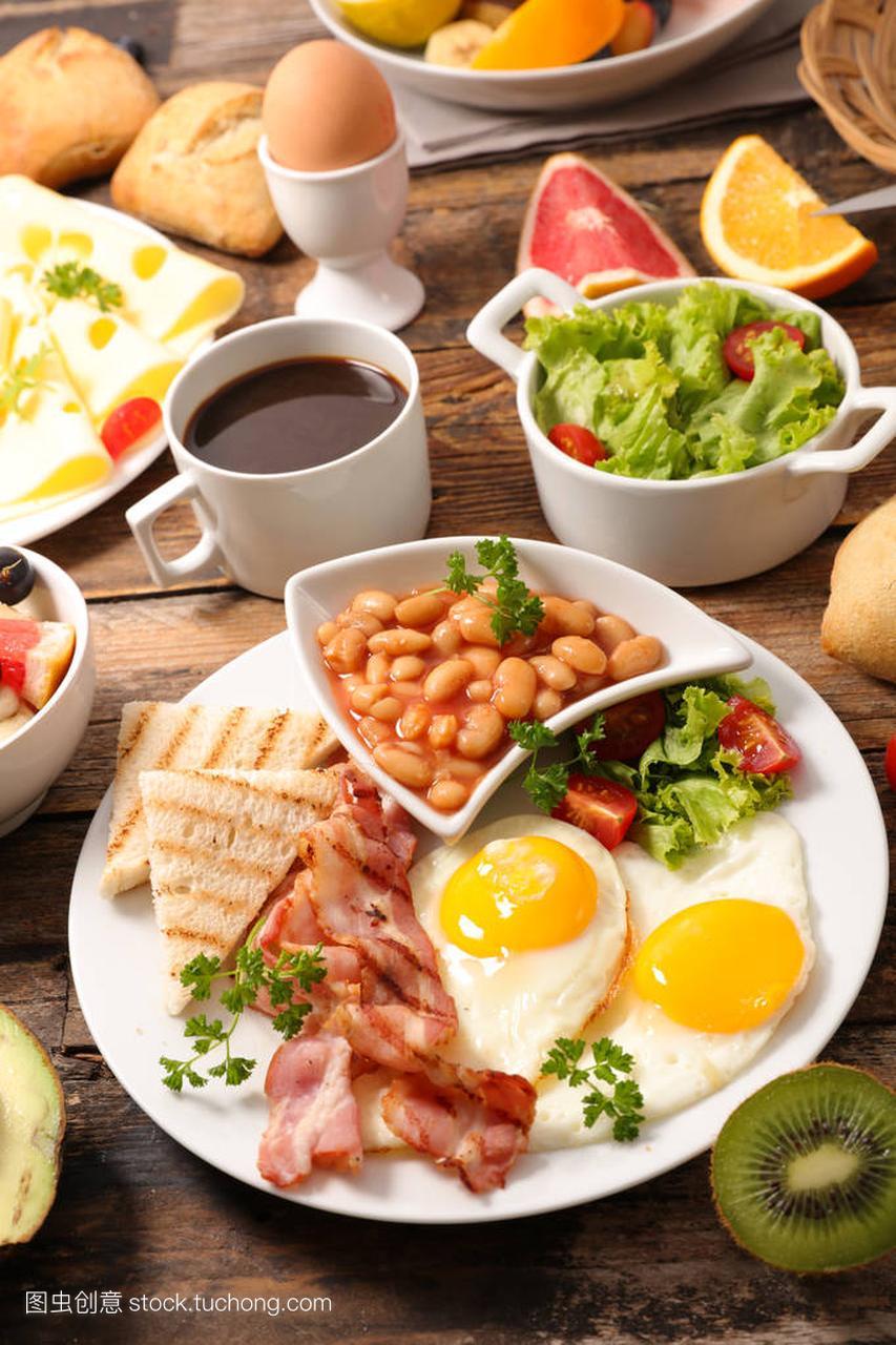 健康英语早餐在木桌上