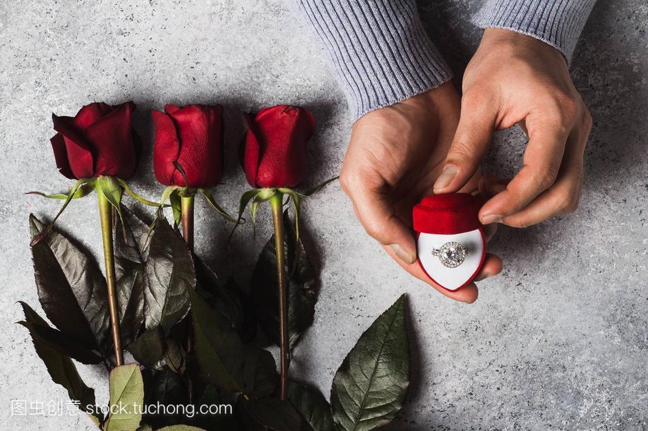 情人节浪漫男子手捧订婚戒指盒