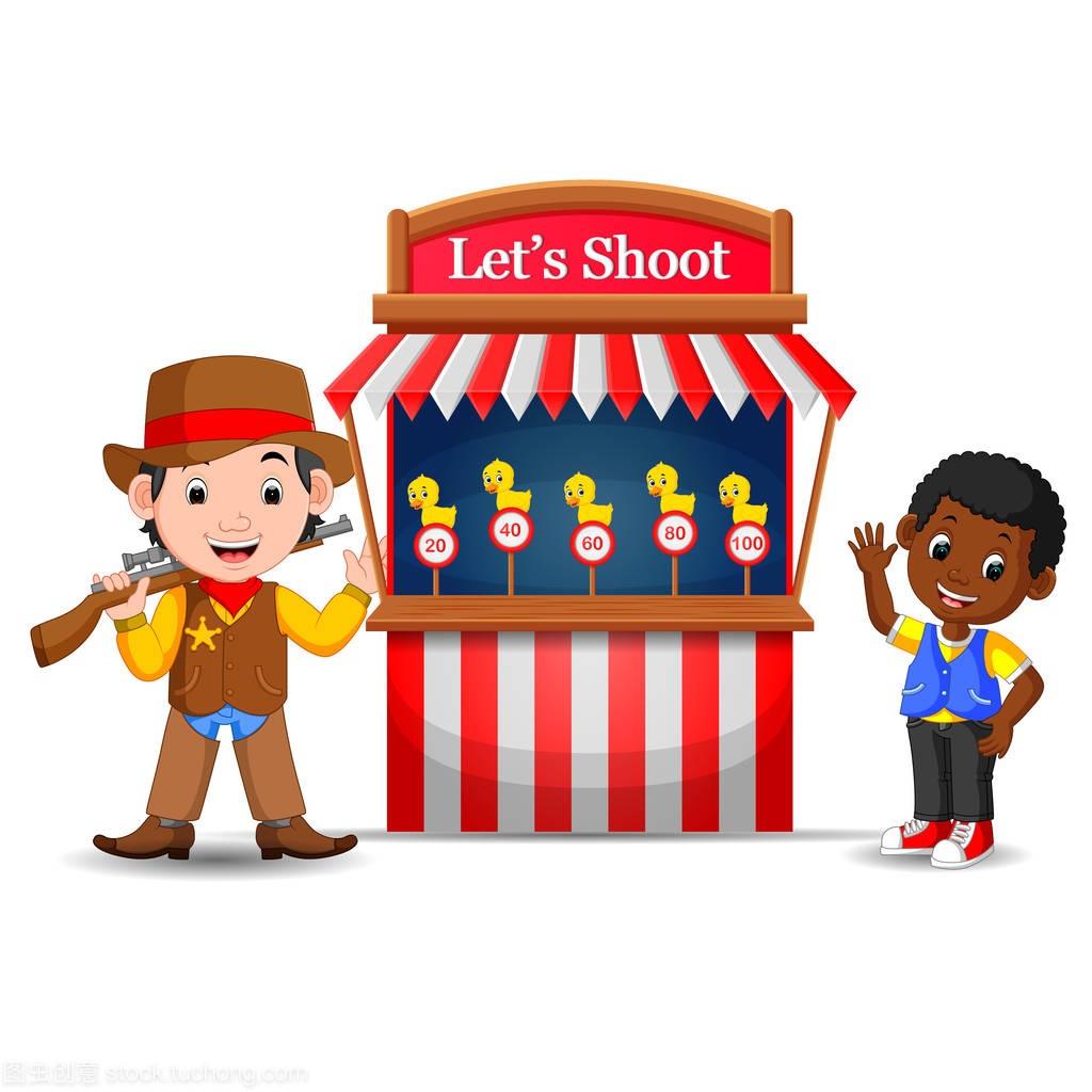 卡通男孩使用牛仔服装在游戏摊位马戏团