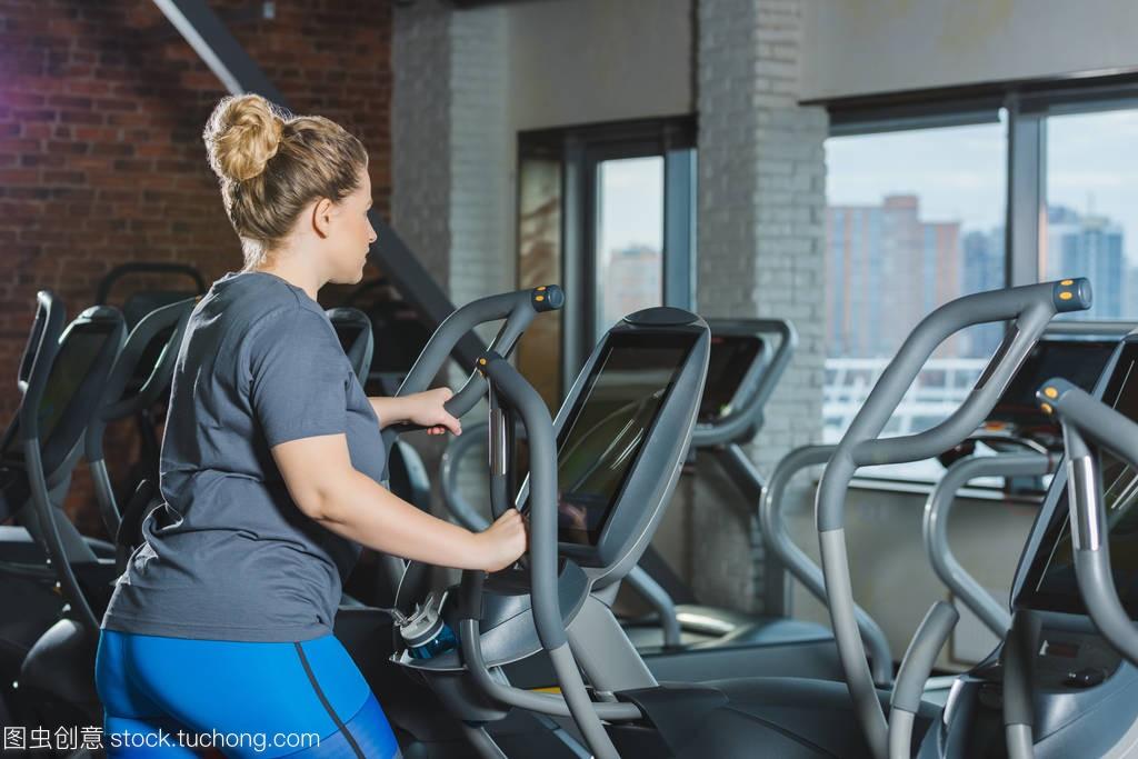 超重妇女在健身房进行心肺训练