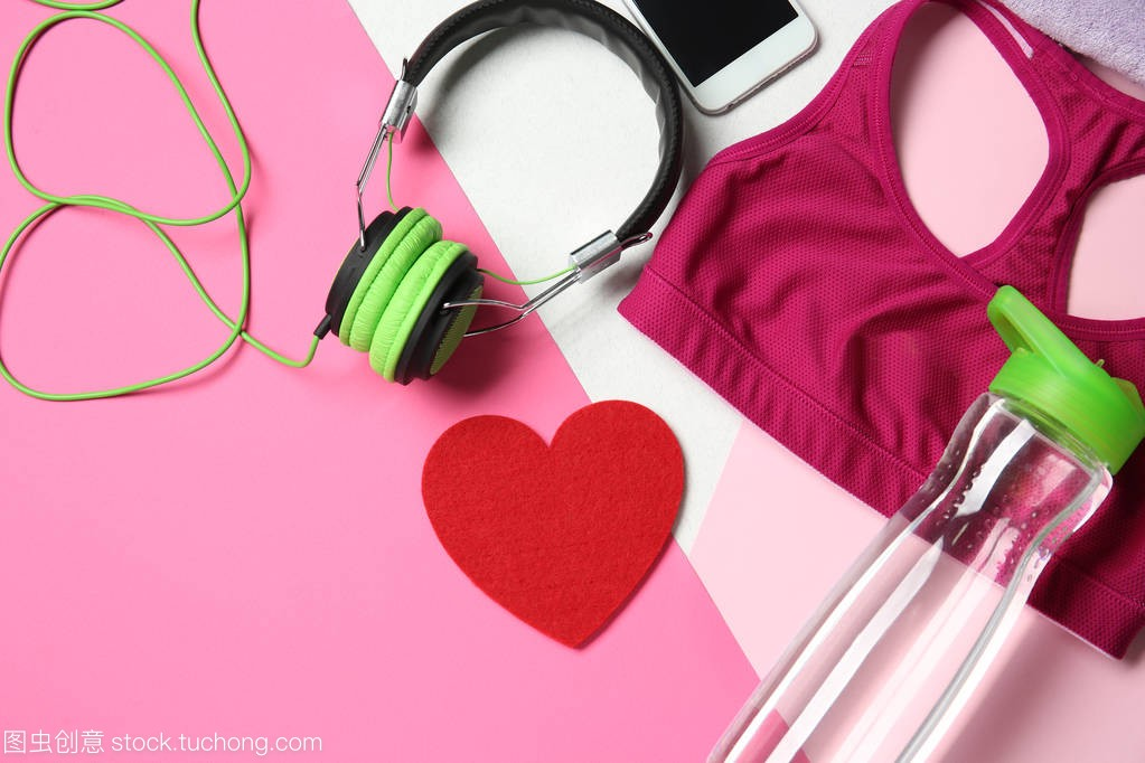 健身房用品和红色心脏的颜色背景。心肺训练理