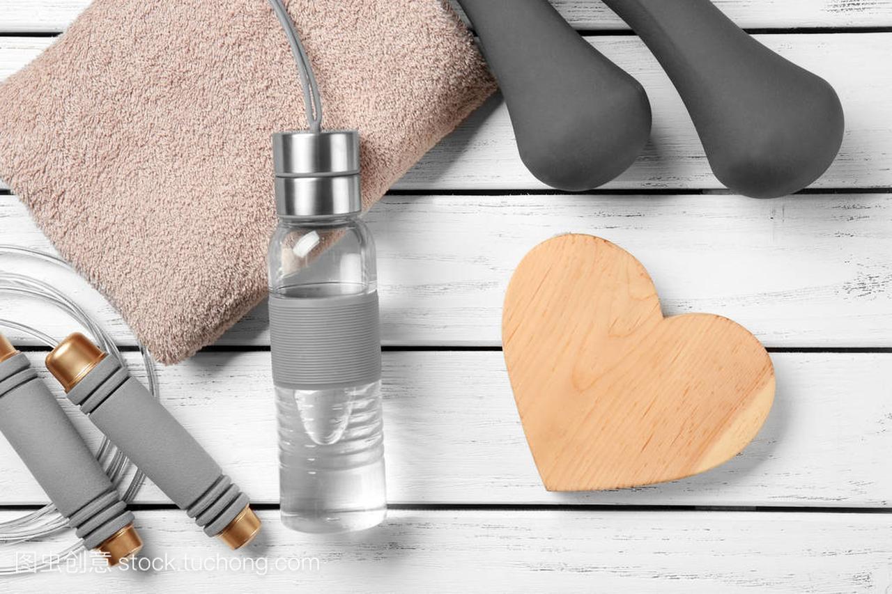 健身房的东西和心脏的木质背景。心肺训练理念