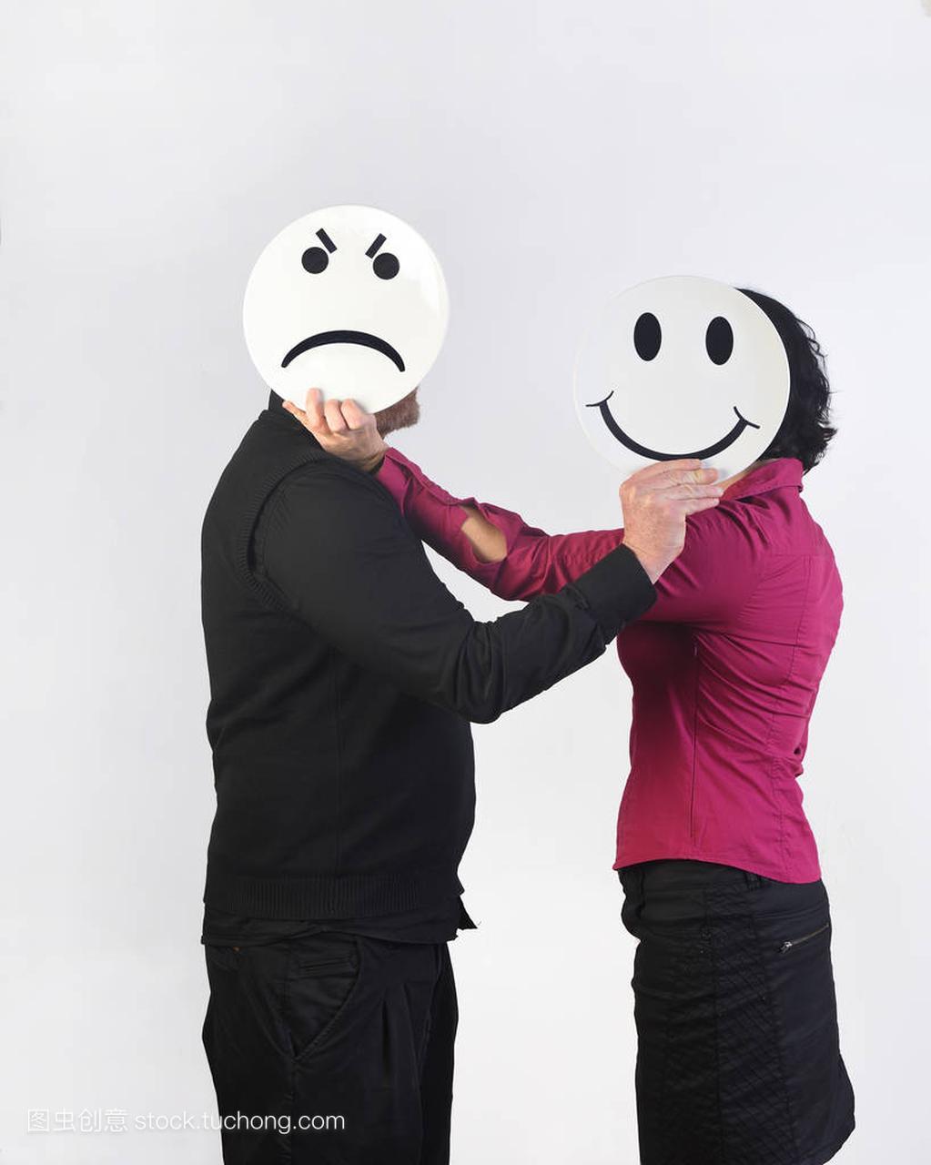 一个愤怒的男人和一个脸上有盘子的快乐女人