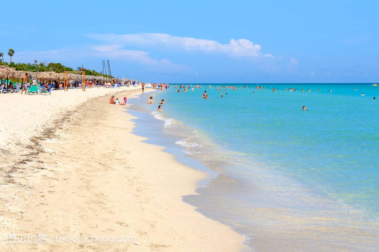 美丽海滩的巴拉德罗在古巴的一个阳光明媚的夏