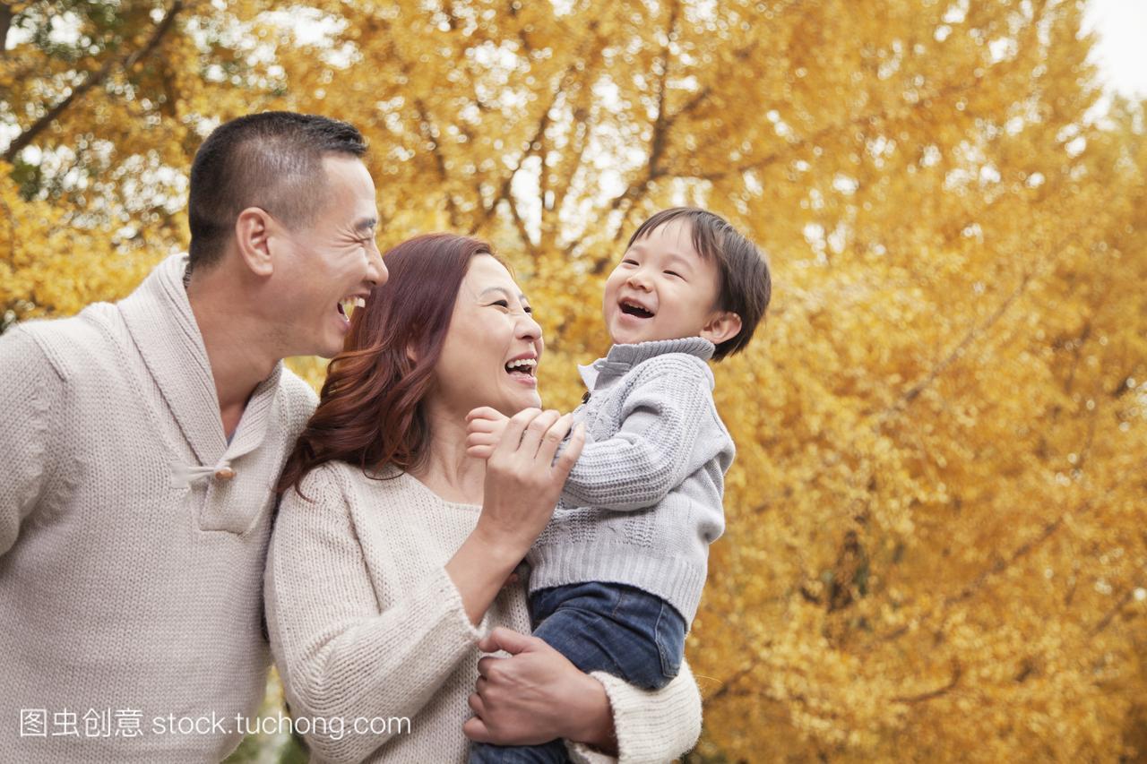 """华夏保险青岛分公司举办""""六一""""儿童新学期的"""