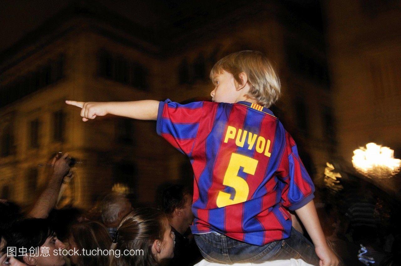 巴塞罗那足球俱乐部的一名孩子指着巴塞罗那加