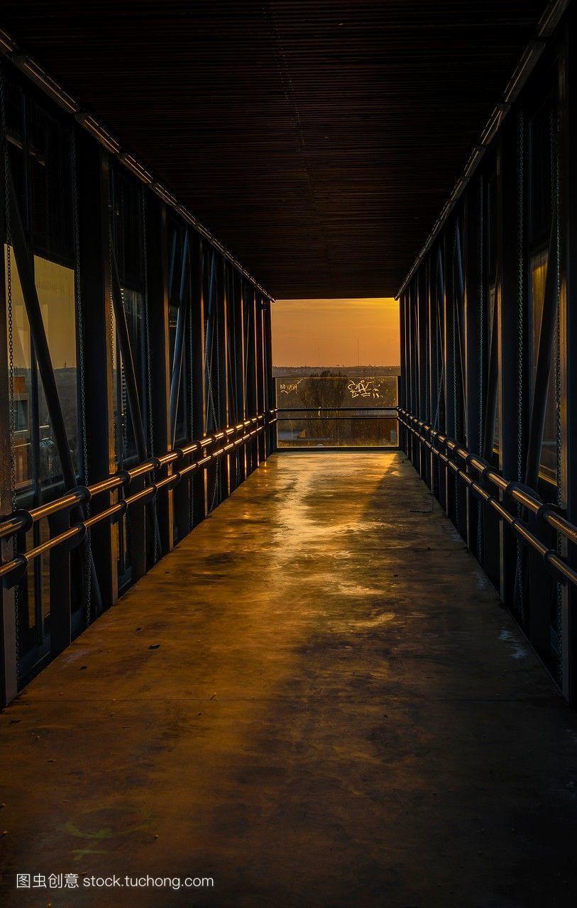 西班牙马德里市的一所大学,一个开放的空气隧