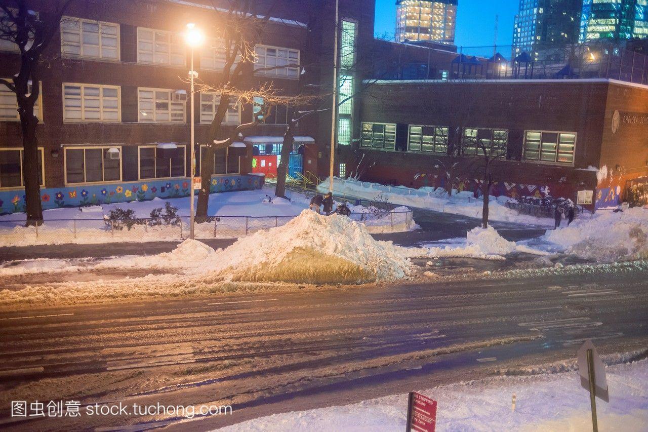 巨人一堆雪的过程中越来越难以形容地肮脏的堆