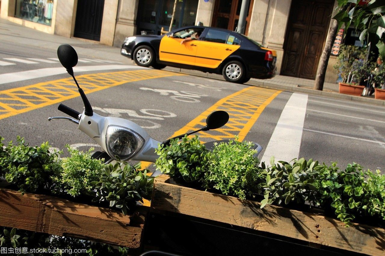 巴塞罗那的出租车在阿拉贡街。巴塞罗那,加泰