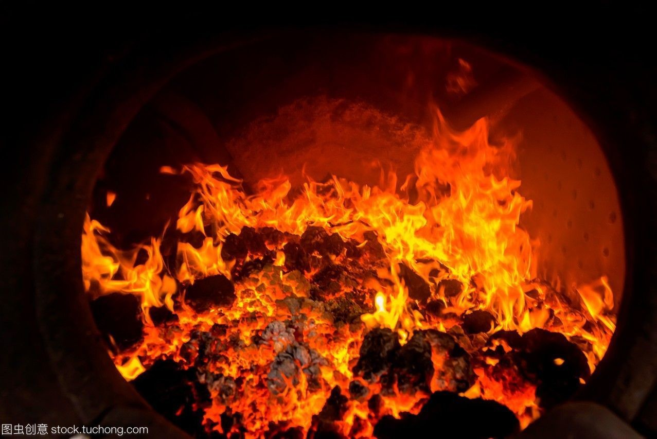 在蒸汽机车的锅炉内燃烧的红色热煤。坎布雷斯