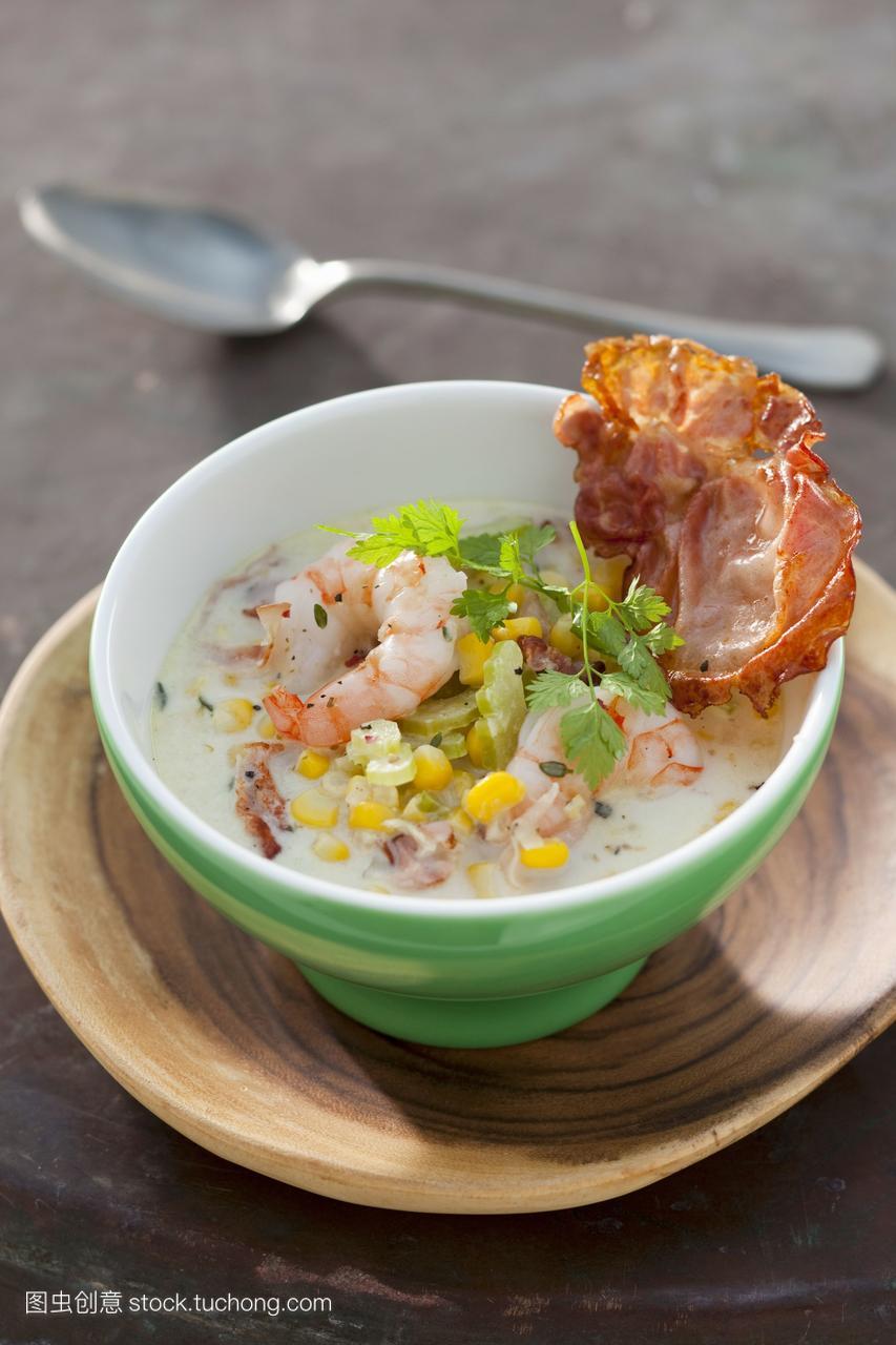 与火腿玉米汤虾和欧芹