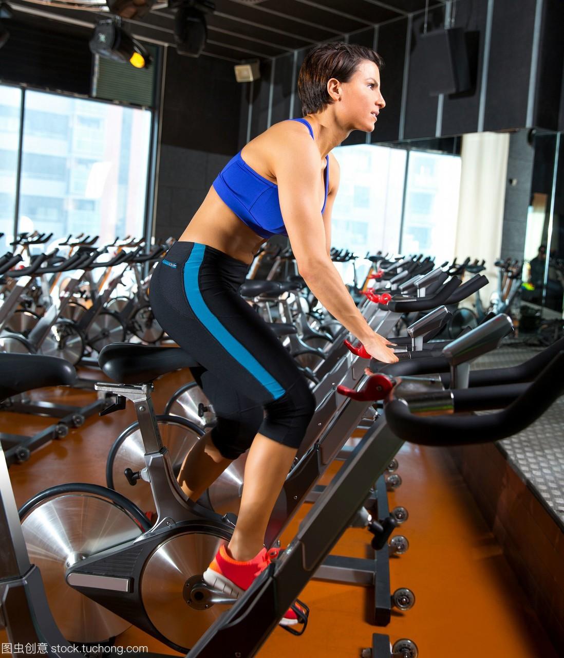 有氧运动在自行车健身房里锻炼