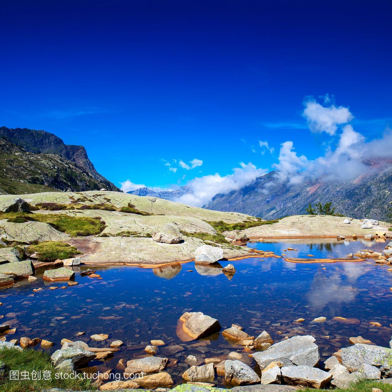 比利牛斯山和湖景观。