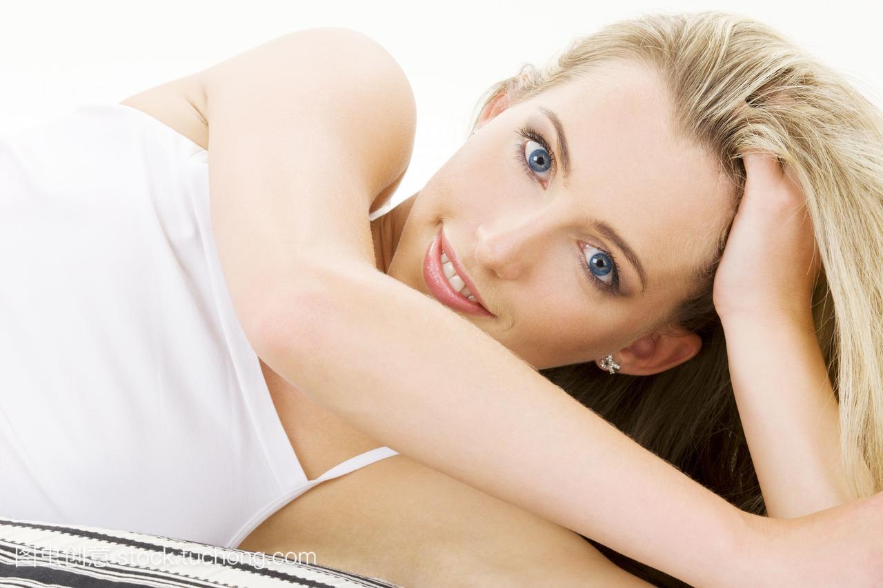 性感金发女郎穿着白色棉质内衣的照片