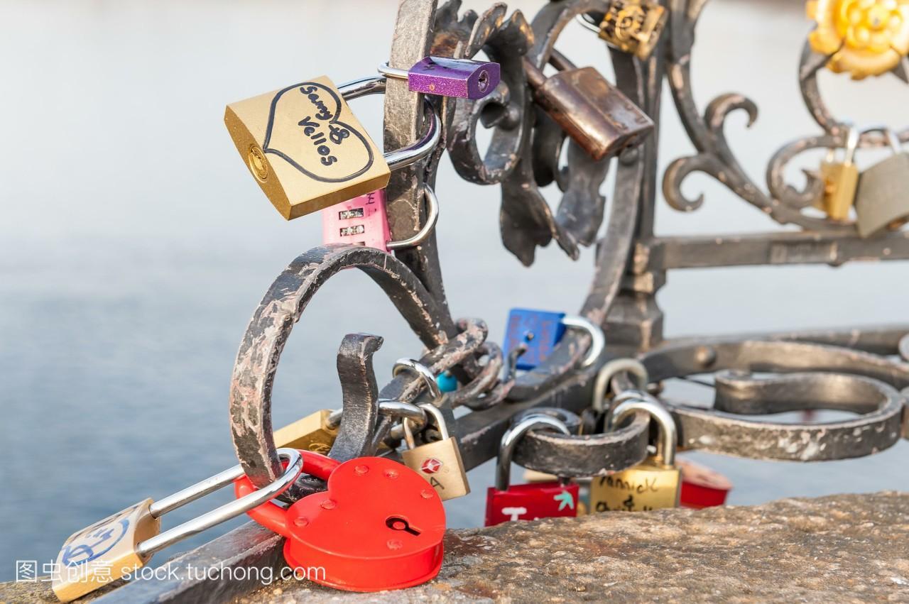 捷克布拉格爱和承诺查理大桥上挂锁